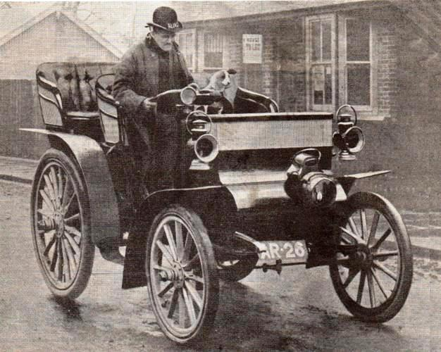 1904   les anglais doivent avoir un permis de conduire
